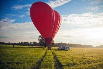 Політ на повітряній кулі-серце